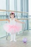 Förtjusande barn som dansar klassisk balett i studio Royaltyfri Fotografi