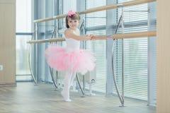 Förtjusande barn som dansar klassisk balett i studio Royaltyfria Bilder