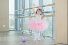 Förtjusande barn som dansar klassisk balett i studio Royaltyfri Foto