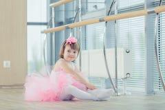Förtjusande barn som dansar klassisk balett i studio Arkivfoto