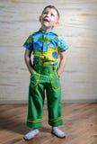 Förtjusande barn som ser upp med ett roligt uttryck Fotografering för Bildbyråer