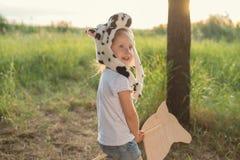förtjusande barnlek utomhus Arkivfoto
