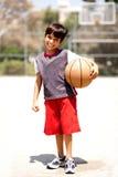 förtjusande basketpojke Arkivbild
