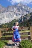 Förtjusande bavarianflicka i ett härligt berglandskap Fotografering för Bildbyråer