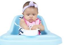 Förtjusande behandla som ett barn äta mat på stol Royaltyfri Fotografi