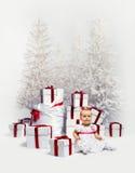 Förtjusande behandla som ett barn över jultrees Royaltyfria Foton