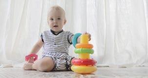 Förtjusande behandla som ett barn att leka med toys Arkivfoto
