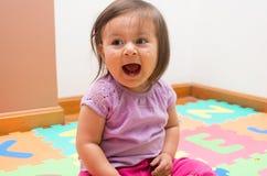 Förtjusande behandla som ett barn att skrika för flicka Fotografering för Bildbyråer