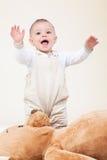 förtjusande behandla som ett barn björntoyen royaltyfria foton