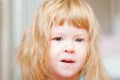 förtjusande behandla som ett barn closeupståenden Arkivbild