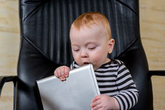 Förtjusande behandla som ett barn den hållande minnestavladatoren för pojken Royaltyfri Foto