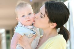 förtjusande behandla som ett barn den lyckliga modern för pojkefamiljen Royaltyfria Bilder