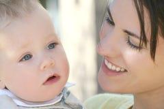 förtjusande behandla som ett barn den lyckliga modern för pojkefamiljen Arkivbilder