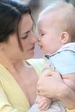 förtjusande behandla som ett barn den lyckliga modern för pojkefamiljen Royaltyfri Bild