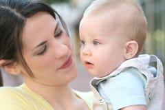 förtjusande behandla som ett barn den lyckliga modern för pojkefamiljen Fotografering för Bildbyråer