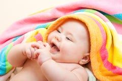 förtjusande behandla som ett barn den lyckliga smileyen för badet Arkivfoton