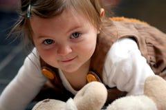 förtjusande behandla som ett barn flickan Royaltyfri Foto
