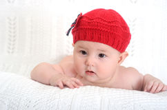 Förtjusande behandla som ett barn flickan i hatt Arkivfoton
