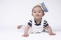 Förtjusande behandla som ett barn flickan i sjömankläder Royaltyfri Bild