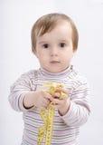 Förtjusande behandla som ett barn flickan med ett mäta band arkivfoto