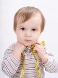 Förtjusande behandla som ett barn flickan med ett mäta band royaltyfria bilder