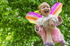 Förtjusande behandla som ett barn flickan med fjärilsvingar Arkivfoton