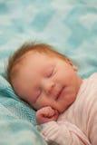 Förtjusande behandla som ett barn flickan som sover på dagen som hon var född Arkivbild