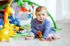Förtjusande behandla som ett barn flickan som spelar med bildande leksaker i barnkammare royaltyfria bilder