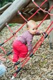 Förtjusande behandla som ett barn flickan som utanför spelar Fotografering för Bildbyråer