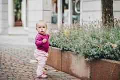 Förtjusande behandla som ett barn flickan som utanför spelar Arkivfoto