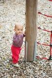 Förtjusande behandla som ett barn flickan som utanför spelar Arkivbilder