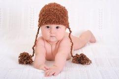 Förtjusande behandla som ett barn i rolig hatt Arkivfoto
