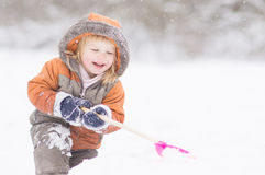 förtjusande behandla som ett barn liten snow för pikparkskyffeln Royaltyfri Fotografi