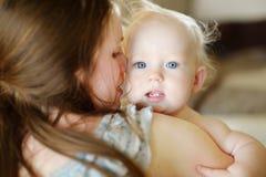 Förtjusande behandla som ett barn little flickaståenden Arkivbild