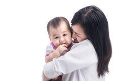 förtjusande behandla som ett barn lyckligt henne den kyssande moderbilden Arkivbild