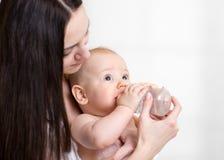 förtjusande behandla som ett barn mata henne moderbarn Arkivbild