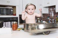 Förtjusande behandla som ett barn matlagning i kök royaltyfri bild
