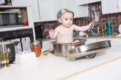 Förtjusande behandla som ett barn matlagning i kök royaltyfri fotografi