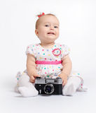 Förtjusande behandla som ett barn med den retro kameran Fotografering för Bildbyråer