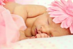 förtjusande behandla som ett barn nyfött sova för flicka Royaltyfri Foto
