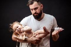 Förtjusande behandla som ett barn på faderhänder fotografering för bildbyråer