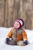förtjusande behandla som ett barn parkvägen sitter snow Arkivfoto