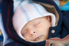 Förtjusande behandla som ett barn pojken, i att sova för vinterkläder Royaltyfri Fotografi