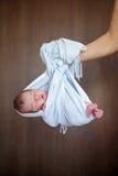 Förtjusande behandla som ett barn pojken i lite packen som sover Royaltyfri Fotografi
