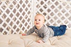Förtjusande behandla som ett barn pojken i soligt sovrum Koppla av för nyfött barn Barnkammare för unga barn Hemmastadd familjmor Royaltyfri Fotografi
