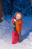 förtjusande behandla som ett barn snow för holdingvägskyffeln Royaltyfri Bild