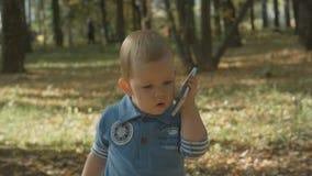 Förtjusande behandla som ett barn stopp som kallar med mobiltelefonen Royaltyfri Fotografi