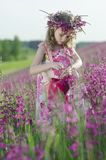 förtjusande blommaflicka royaltyfri foto
