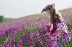 förtjusande blommaflicka arkivbilder