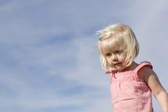 förtjusande blont flickabarn royaltyfri fotografi